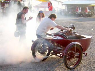 de la fum e sort de l 39 chappement de ma moto mecanique moto. Black Bedroom Furniture Sets. Home Design Ideas
