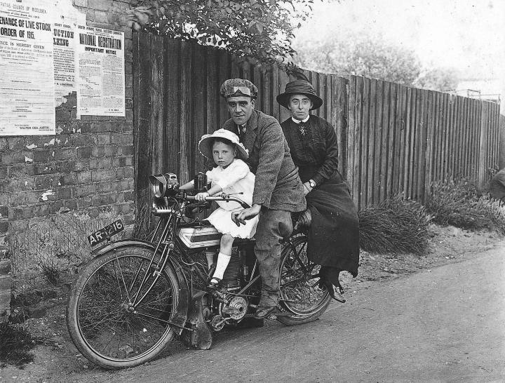 Vieilles photos (pour ceux qui aiment les anciennes photos de bikers ou autre......) Ar-1216
