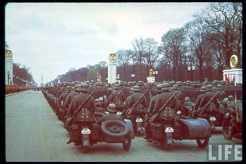 Vieilles photos (pour ceux qui aiment les anciennes photos de bikers ou autre......) Hitler-bday